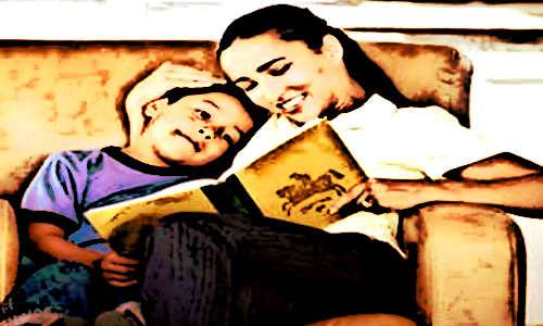 Mãe contando história pro filho