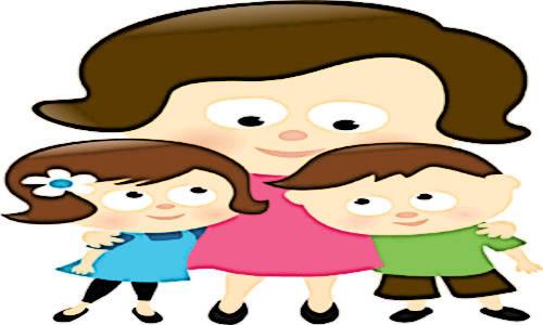 Mãe abraça dois filhos
