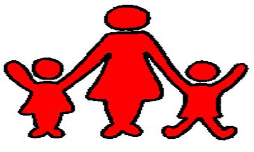 Mãe com dois filhos de mãos dadas.