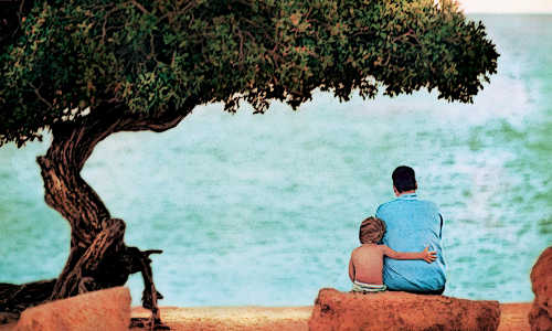 Pai e filho olhando o mar...