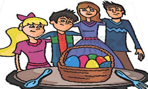Família diante de uma cesta de ovos de páscoa