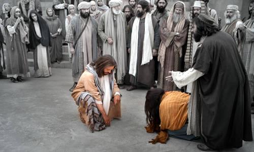 Jesus escreve na terra, a mulher está em sua frente, por todo lado pessoas dispostas a apedrejá-la