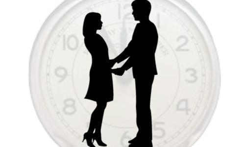Casal de mãos dadas sobre um relógio - O CONTRASTE