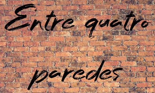 """""""ENTRE QUATRO PAREDES"""" escrito sobre uma parede de tijolo"""