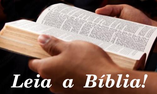 LEIA A BÍBLIA! Escrito sobre uma mão que segura a Bíblia